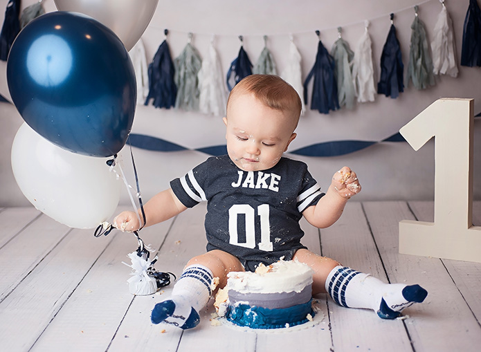 1 year cake smah with navy blue, grey and white balloons